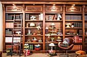 Einbauregal im Antikstil mit antiquarischen Büchern und Etageren und Kuchenplatten