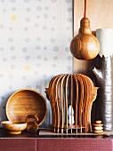 Kunsthandwerklich gearbeitete Schalen und Lichtobjekte aus Holz