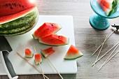 Kleingeschnittene Wassermelone auf Schneidebrett