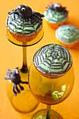 Halloween-Muffins mit Spinnendekoration