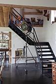 Vintage Scheinwerfer Stehleuchte auf Rollen vor Stahl-Treppe in renoviertem Künstler-Fachwerkhaus