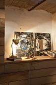 Spiegel-Kunstobjekte auf Sideboard mit Retro Tischlampe beleuchtet