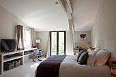 Dezente Farbakzente im schlichten Schlafzimmer eines provenzalischen Gästehauses