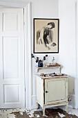 Kleiner Vintage Schrank, Konsole und gerahmte Zeichnung