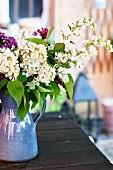 Blühender Flieder in Vase