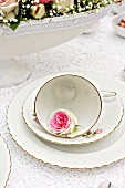 White place setting decorated with rose of the variety 'Mini Eden'