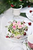 Romantische Rosendeko auf Tisch im Freien