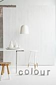 Esstisch mit Hockern in weisse Farbe getaucht, Deko-Buchstaben auf Boden