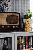 Retro Radio und Spielzeug Elefant auf Schrank