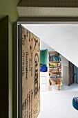 Blick durch offene Tür in Jugendzimmer