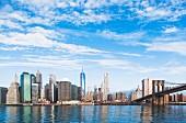 Blick auf die Brooklyn Bridge und der Lower Manhattan Skyline, New York, USA