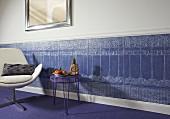 Selbstgestaltete Wand mit Lincrusta (Strukturtapete aus linoleumähnlichem Material) halbhoch, als Abschluss weisse Stuckleiste