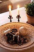 Schale aus Geflecht mit Schmuck aus Perlen und altem Lederball, Vintage Kerzenhalter mit brennenden Kerzen