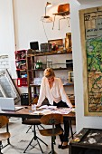 Frau bei der Arbeit im Designstudio