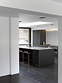 Point 7, Winchester, United Kingdom. Architect: Dan Brill Architects, 2014. Monolithic kitchen counter in contemporary house