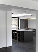 Point 7, Winchester, United Kingdom. Architect: Dan Brill Architects, 2014. Monolithic kitchen counter in contemporary house