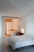 Schlafbereich mit Doppelbett und edlem Sideboard, Blick in Bad Ensuite