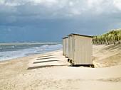 Strandhütten aus Holz am Meeresufer