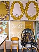 Kinderstuhl und Sessel mit goldfarbener Bemalung vor Tapetenmuster Entwürfe im Atelier