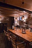 Thonet Armlehnstühlen um rustikalen Holztisch, oberhalb Retro Pendelleuchten an Rippendecke, in Weinkeller
