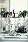 Edelstahl Outdoor Stühle am Bistrotisch auf dem Balkon