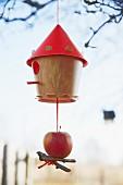Vogelhäuschen mit Apfel dekoriert