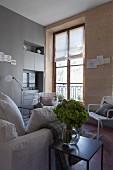 Wohnzimmer mit Natursteinwand und Altbaufenster