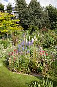 Blühender Garten mit Dekostäben