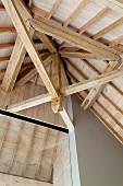 Dachkonstruktion aus Holz in hohem Raum