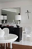 Elegantes Esszimmer mit Stilmix und Medaillonstühlen