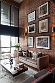 Wohnzimmer mit Bildergalerie an Backsteinwand in einem Loft mit Retromöbeln, Raumhohe Fensterfront