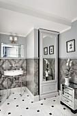 Spiegelschrank in Nische neben Retro Waschtisch mit Metallgestell, in traditionellem Bad, Wand halbhoch gefliest und hellgrau getönt