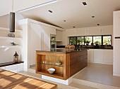 Küchenblock aus Massivholz auf Empore in offener, weisser Designerküche