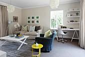 Wohnraum mit Sitzbereich aus Couch, Sessel & Sofatisch sowie Arbeitsbereich mit Schreibtisch, Bürostuhl & Regal in Zimmerecke am Fenster