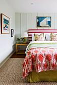 Schlafzimmer mit Bett im Mustermix und pflegeleichtem Sisalteppich