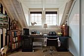 Schreibtisch mit Drehstuhlklassiker von Eames, antiken Kleinmöbeln neben Bücherregal im Dachzimmer