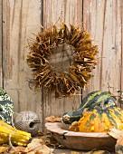 Dekorativer herbstlicher Wandkranz aus Laubblättern