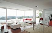 Designer-Wohnraum mit Möbeln aus Acrylglas und Landschaftsblick durch Glasfront