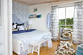 Maritime bedroom with bed and curtains in shades of blue