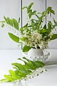 Maiglöckchen und weissblütige Weisswurz in einer Vase
