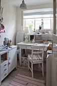 Kleiner Raum mit Flohmarktmöbeln, Schreibtisch, Sideboard und Nähmaschine