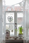 Romantische Osterdeko am Sprossenfenster mit Traubenhyazinthen und Ostereiern