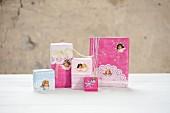 Nostalgisch, romantisch verpackte Weihnachtsgeschenke mit Engelsmotiven und Tortenspitzen