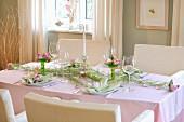 Festlich gedeckter Tisch mit Stoffrosen dekoriert