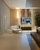 Moderne Tagesliege und Hockerin Weiss vor Pendelleuchte und Waschbereich in luxuriösem Bad, seitlich teilweise sichtbare Empore