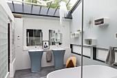 Elegantes Designerbad mit zwei Standwaschbecken und Glasdach in dezentem Farbkonzept