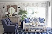 Blau-Weißes Wohnzimmer mit Mustermix auf Tapete, Kissen und Teppich