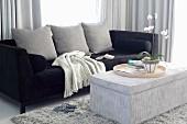 Elegantes Sofa mit schwarzem Samtbezug, gepolsterter Couchtisch mit Cordsamt bezogen