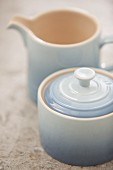 Zuckerdose mit Deckel und passendes Milchkännchen aus pastellblauer Keramik mit Farbverlauf