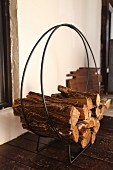 Delicate log rack with curved metal frame